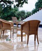 Sitzplatz mit Rattanmöbeln auf mediterraner Terrasse