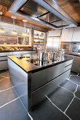 Moderne Edelstahlküche mit Schieferboden im Holzhaus