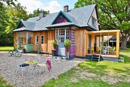 Modernisiertes Cottage mit unterschiedlich gestalteten Eingängen, Kiesfläche und Rasen