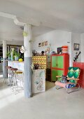 Breakfast car, columns and colourful eclectic furnishings in loft apartment