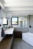 Verspiegelte Wände im Badezimmer mit Lowboard entlang einer Wand