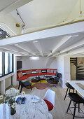 Offener Wohnraum mit Schlafzimmer auf der Zwischenetage