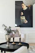 Moderne Fotografie im eleganten Wohnzimmer mit Wandverkleidung