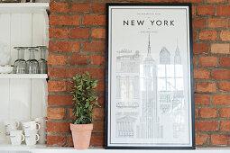 New York Bild an einer Backsteinwand neben dem Regal