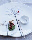 Teller und Schälchen mit filigranem Baummotiv und langem Löffel