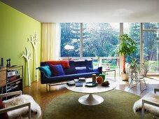 Loungebereich mit Retroflair vor Fensterfront
