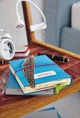 In blauem Filz eingeschlagenes Notizbuch mit Feder auf Nachttisch