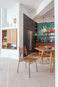 Offene Küche mit verwinkelten Wänden und Einbauschränken