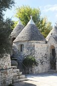 Trullo mit traditionellem Flair unter blauem Himmel