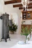 Gusseiserner Ofen in der Landhausküche mit Weichnachtsdeko