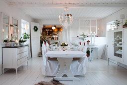 Gedeckter Tisch im Esszimmer ganz in Weiß