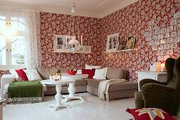 Gemütliches Wohnzimmer mit roter Blumentapete