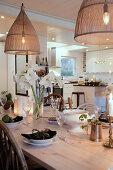 Strauß weiße Amaryllis auf klassisch gedecktem Tisch