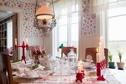 Weihnachtlich gedeckter Tisch im Landhaus