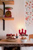 Klassische Weihnachtsleckereien wie Nüsse, Äpfel und Pralinen