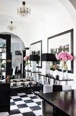 Schwarz-weißer Eingangsbereich mit Spiegelwand