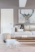 Hirsch-Bild über dem Sofa im cremefarbenen Wohnzimmer