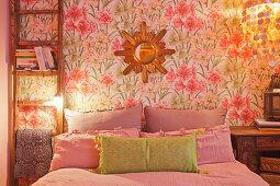 Leiter als Nachttisch an geblümter Wand im Schlafzimmer