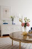 Blumenstrauß auf dem Couchtisch im eleganten Wohnzimmer