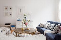 Runder Couchtisch mit Steinplatte im eleganten Wohnzimmer in Blau und Weiß