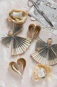 Engel aus gefaltetem Papier und Herzen aus Papierstreifen