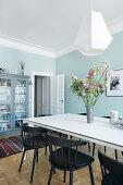 Esszimmer mit hellblauen Wänden in einer Altbauwohnung