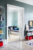 Offene Doppeltür mit Sprossenfenstern im Wohnzimmer