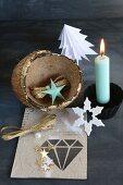 Weihnachtliches Stillleben mit brennender Kerze und Kokosnuß