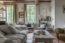 weiße Polstercouch und Couchtisch in rustikalem Wohnraum