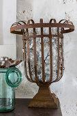 Vintage Metallkorb mit alten Glühbirnen