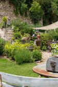 Sommerlicher Garten mit Vintage Gegenständen