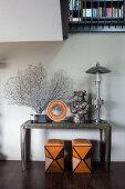 Zwei Hocker unterm Konsolentisch mit Koralle und Skulpturen