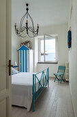 Maritime bedroom in blue and white with sea view