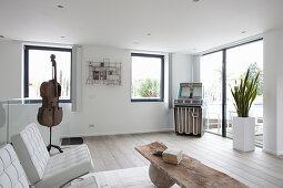 Minimalistisches Wohnzimmer in Weiß mit einer Jukebox