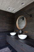 Zwei Aufsatzwaschbecken im Bad mit dunkler Holzverkleidung