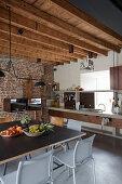 Wohnküche im Industriestil mit Möbeln aus Beton und Metall