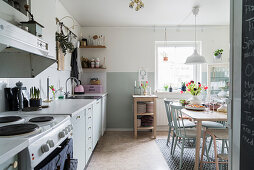 Two-tone wall in cosy kitchen-dining room