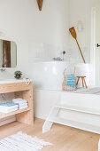 Eckbadewanne auf einem Podest im Badezimmer in Naturtönen