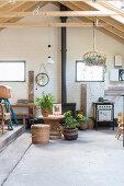 Hoher Raum mit Betonboden, Backsteinwand und Vintagemöbeln