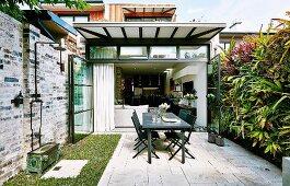 Kleiner Garten mit Terrasse und vertikaler Bepflanzung