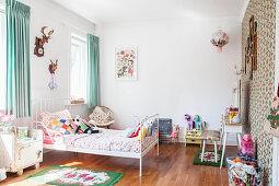 Weißes Bett im Mädchenzimmer
