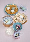 Eier auf goldfarbenen Papptellern und Schachteln