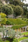 Mediterraner Garten am Hang