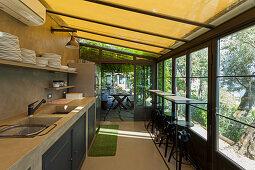 Gemauerte Küche im Wintergarten