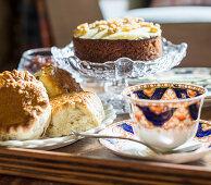 Hefegebäck, Kuchen und edle Teetasse