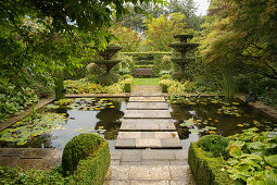 Square pool with stepping stones (Les Jardin de Castillon, Frankreich)