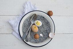 Vintage Teller und Besteck mit bemalten Ostereiern und Eierschalen