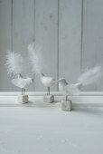 Dekovögel mit weißen Federn