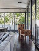 Stuhl als Kunstobjekt im Wohnzimmer mit Fensterfronten