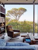 Maskuliner Ledersessel im Wohnzimmer mit Panoramafenster